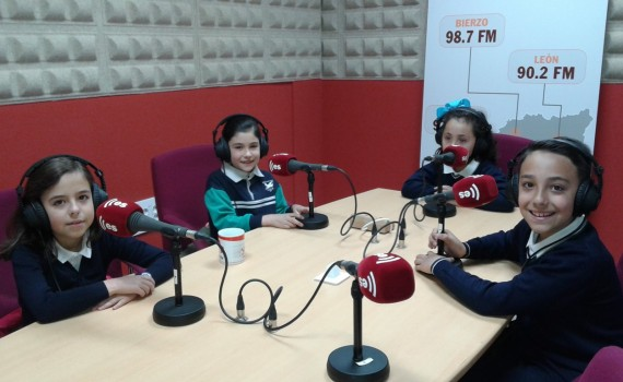 Niños de primaria en la radio